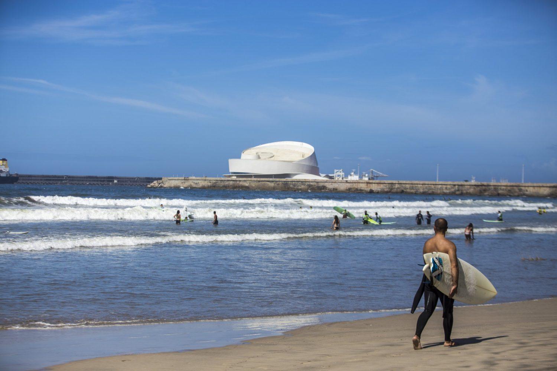 O concelho de Matosinhos oferece belas praias, que vão recortando a costa em desenhos desiguais. Umas pequenas e recatadas, ideias para um dia sossegado, outras com areais a perder de vista, convidando a longos passeios à beira-mar